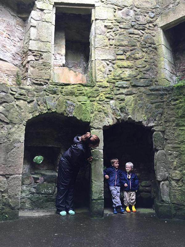 Elizabeth and two of her sons standing in alcoves in castle Lockleven in Scotland